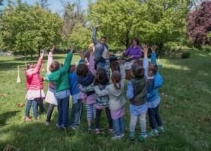 bambini che alzano la mano