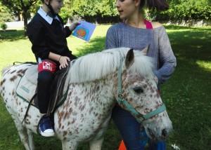 bambino con oggetto a cavallo